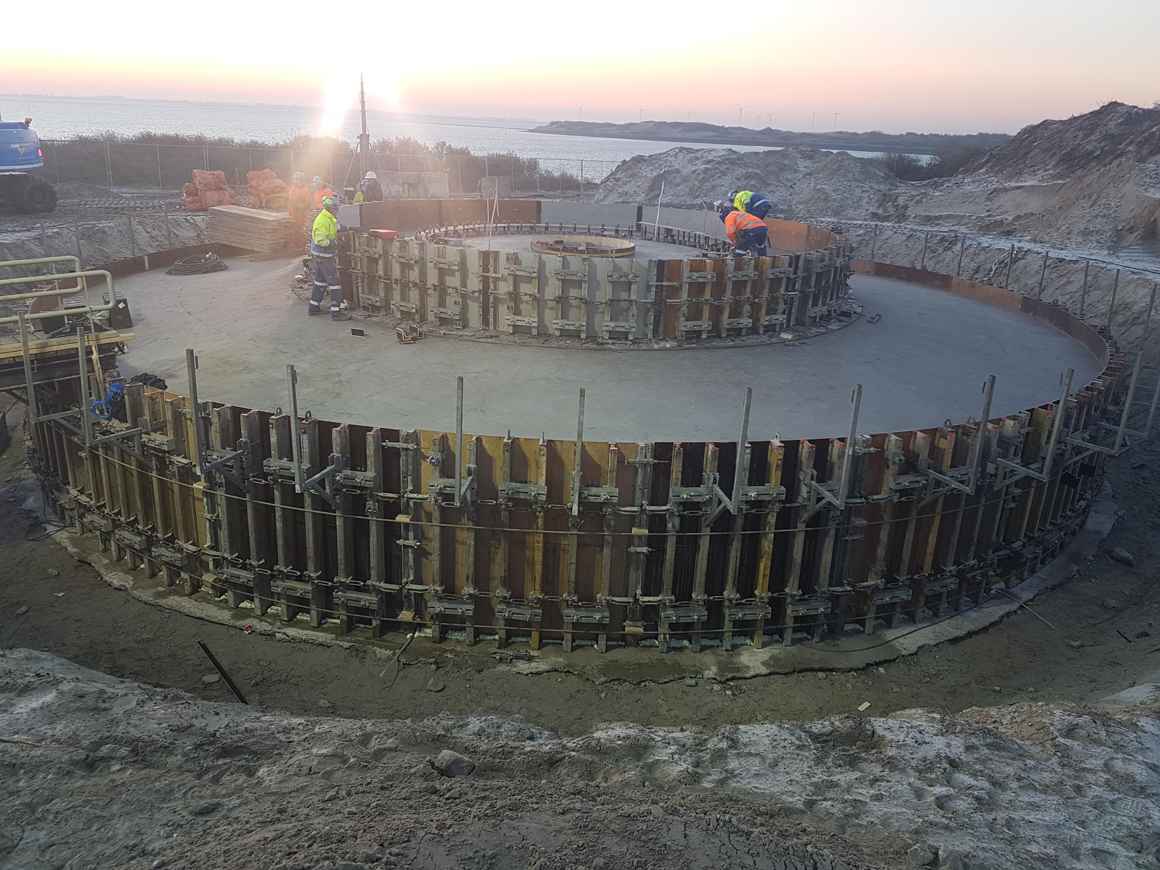 Fundaties voor Windpark Bouwdokken op werkeiland Neeltje Jans